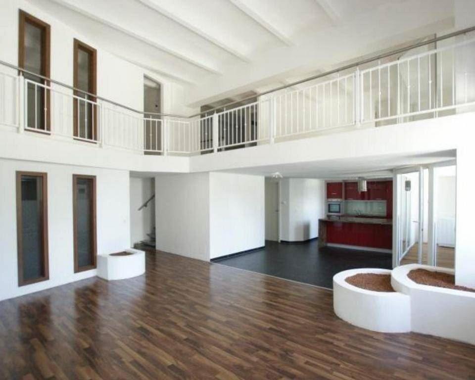 Traumhaft offenes Wohnzimmer mit offener Galerie