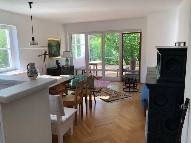 Wohnzimmer mit Ausgang auf die Terrasse und GartenBalkon