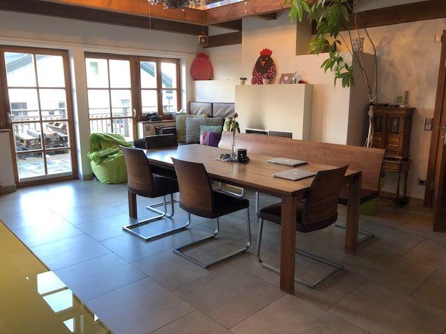 Wohnzimmer mit Kachelofen und Ausgang auf die Terrasse