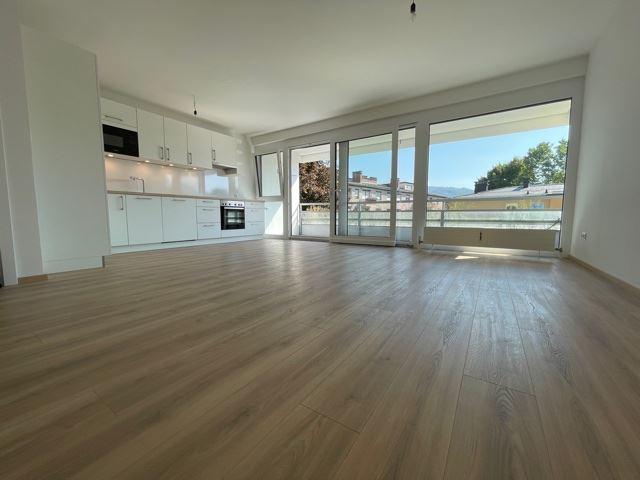 großzügiges Wohnzimmer mit neuer Wohnküche